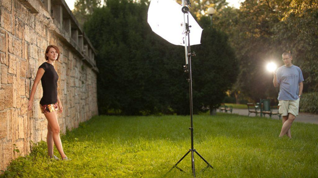 Menggunakan lighting yang tepat bisa menghasilkan foto yang keren